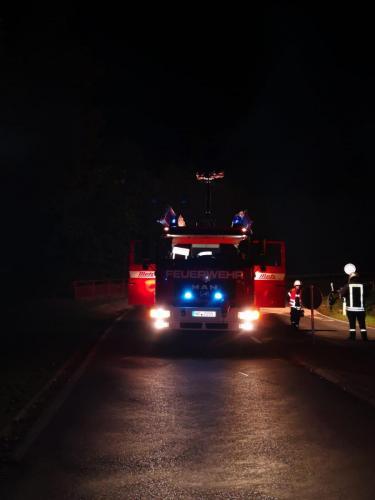 HLF leuchtet Einsatzstelle aus